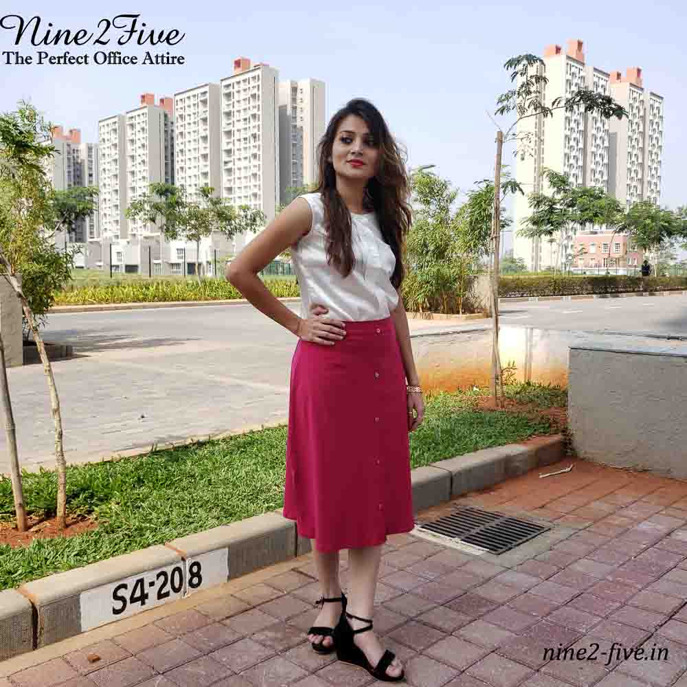 White Top, Satin Pleated Top, Round Neck, Sleeveless, Shoulder Opening, Stand Collar, Formal Wear.